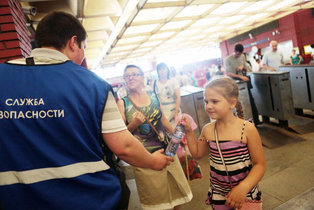 На станции метро «Чеховская» пассажирам раздают бесплатную воду