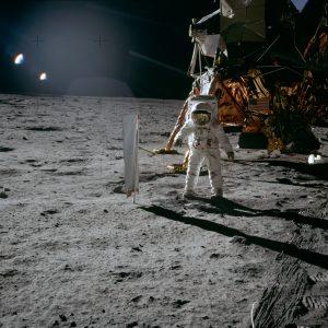 21 июля 1969 года. Эдвин Олдрин у экрана коллектора солнечного ветра. Фото: Википедия.