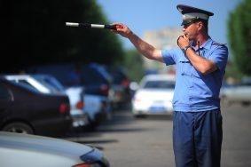 IVANOVO, RUSSIA. JULY 1. 2011. Russian State Road Safety Inspectorate GIBDD policeman controls traffic in Ivanovo city's street. (Photo ITAR-TASS / Vasily Smirnov)    Ðîññèÿ. Èâàíîâî. 1 èþëÿ. Ñîòðóäíèê ÄÏÑ âî âðåìÿ ðåãóëèðîâêè äâèæåíèÿ íà îäíîé èç óëèö ãîðîäà. Ôîòî ÈÒÀÐ-ÒÀÑÑ/ Âëàäèìèð Ñìèðíîâ