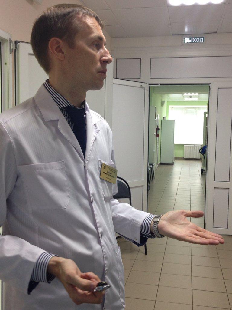 Главный врач Вороновской больницы Алексей Казаков рассказывает о работе реанимационного отделения. Фото: твиттер-аккаунт Департамента здравоохранения.