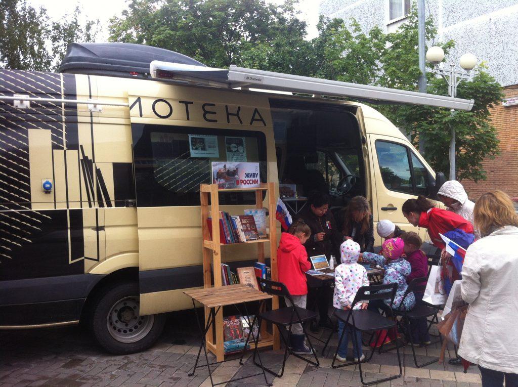 Мобильная библиотека провела мероприятие «Летнее прочтение» в Троицке. Фото: личный архив Александра Ахраменко.