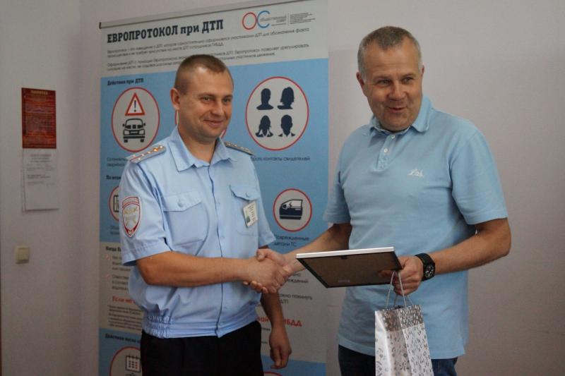 Общественники поздравили сотрудников Госавтоинспекции