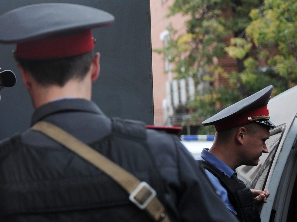 В Москве ищут преступника, ударившего ножом полицейского при задержании