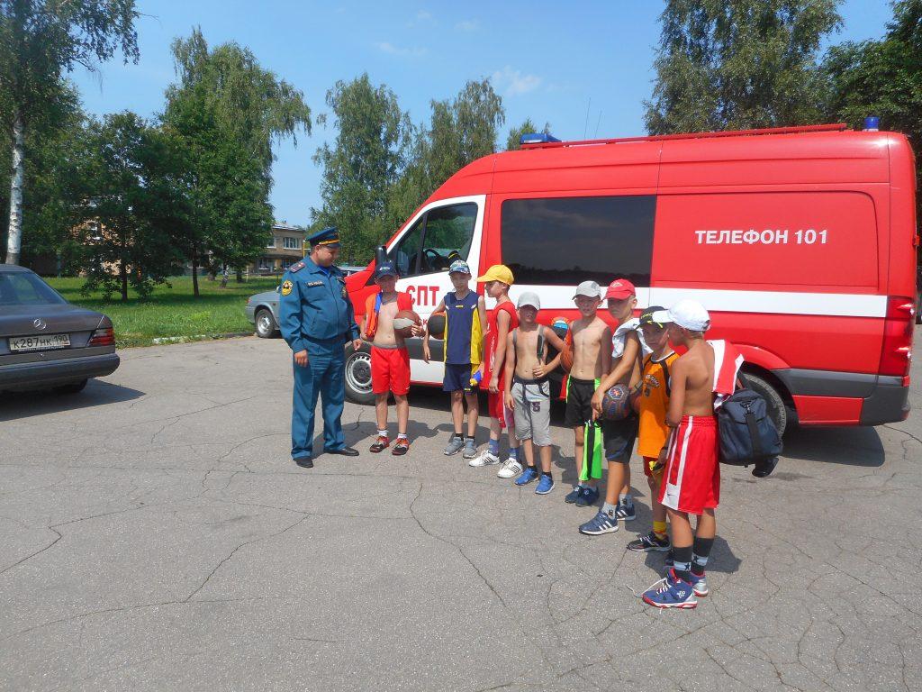 Пожарные проверили лесопарковые зоны около детских лагерей