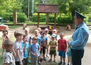 Марат Исмагулов провел «урок мужества» для воспитанников детского сада. Фото: пресс-служба Управления МЧС по ТиАНО.