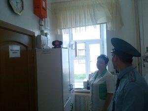 Дмитрий Олейников проводит инструктаж в Филимонковском детском доме-интернате. Фото: пресс-служба Управления МЧС по ТиНАО.