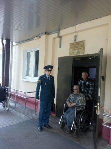 Дмитрий Олейников проводит учебную эвакуацию в Психоневрологическом интернате № 5. Фото: пресс-служба Управления МЧС по ТиНАО.