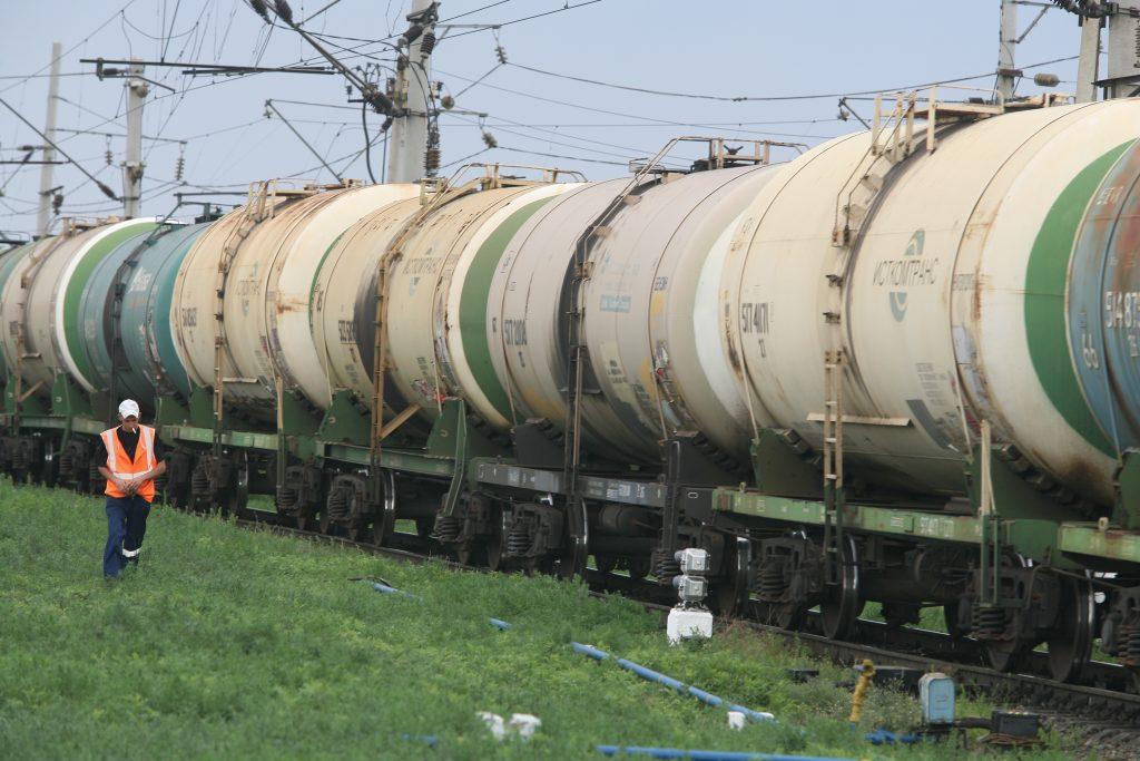 На востоке Москвы с рельсов сошла цистерна с дизтопливом
