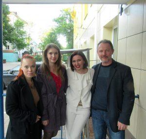Юлия Зелинская (вторая слева) на открытии галереи «Стремянка». Фото из личного архива.