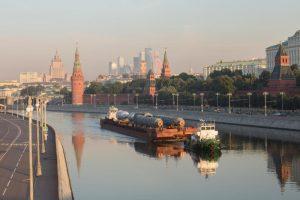 """На МНПЗ доставлена партия крупногабаритного оборудования для строящейся комбинированной установки переработки нефти. Фото: архив """"Вечерней Москвы""""."""
