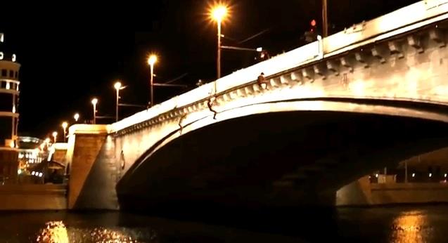 Голые экстремалы совершили тройной прыжок с Большого Москворецкого моста