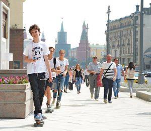 25 июля 2015 года. Тверская. После благоустройства на тротуаре вольготно всем: и прохожим, и людям «на колесах»