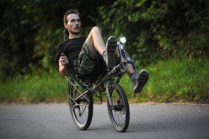 13 июля 2016 года. Троицк. Велотурист Дмитрий Сергеев едет «тренировочные» километры на лежачем велосипеде