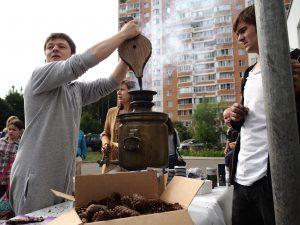 13 августа 2016 года. Троицк. Один из организаторов праздника варенья Евгений Гамза раздувает самовар для горячего чая.