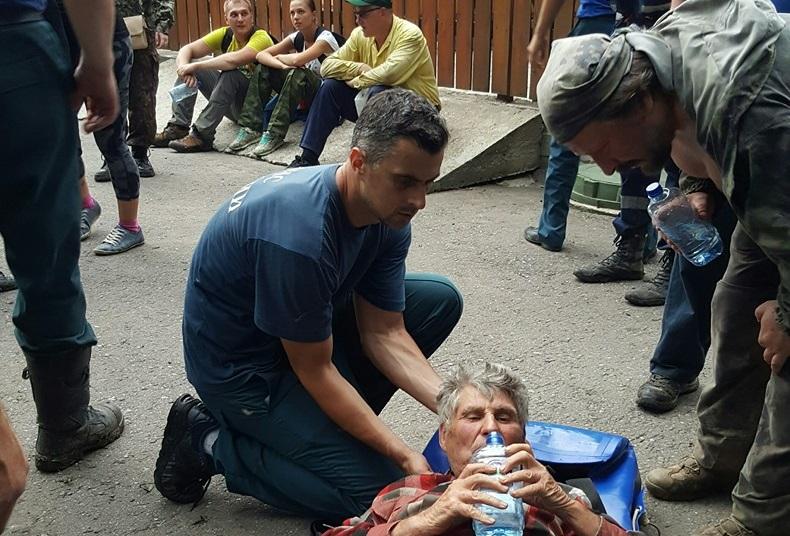 Спасатели оказывают первую помощь пенсионеру Николаю Астаеву