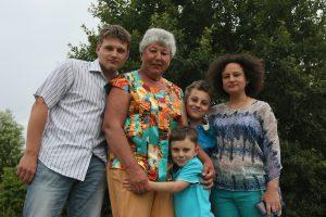 21 июля 2016 года. Семья Федосовых слева направо: Константин Федосов со своей бабушкой Ниной Константиновной, братьями —Димой и Мишей и мамой Мариной