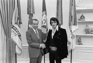 Элвис Пресли и Ричард Никсон. Источник: Википедия.