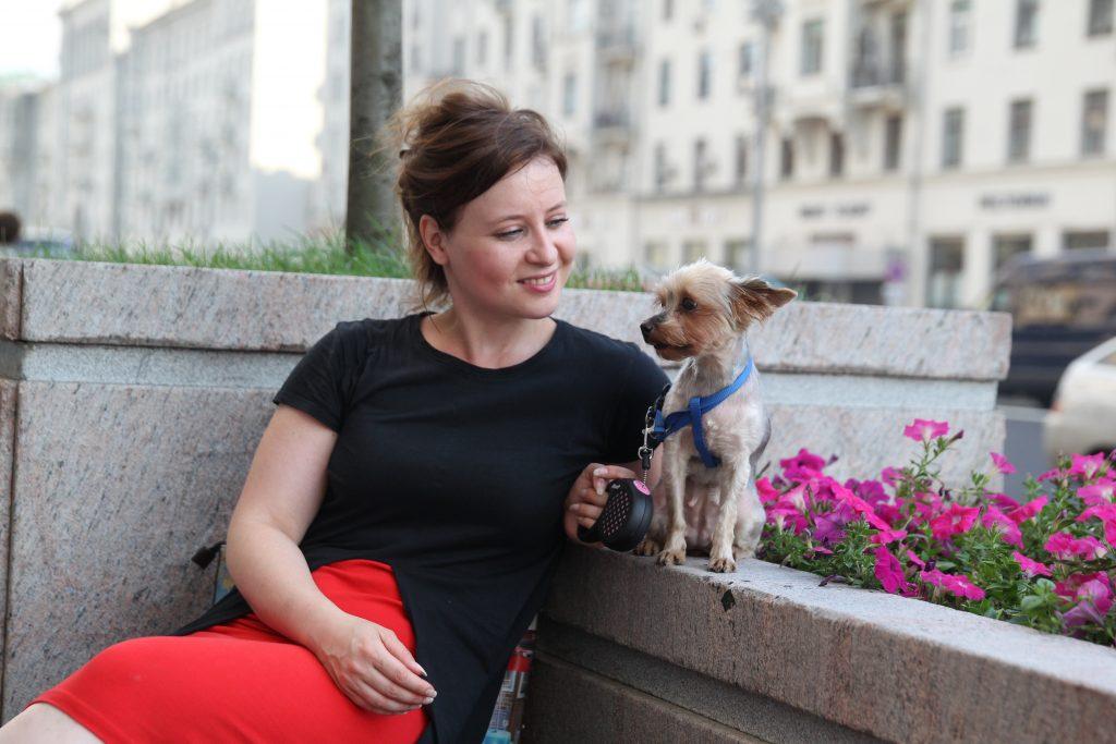 Жительница Новой Москвы из Щербинки Дарья Смирнова и ее питомица оценили плитку на тротуарах