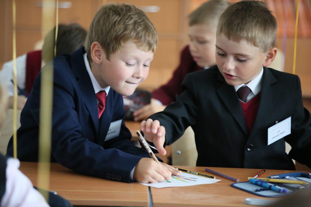 Московский. Макар Сидоров и Роман Цветков (слева направо) на уроке в школе № 2065, открывшейся год назад (фото сделано 3 мая 2015 года). Фото: Виктор Хабаров.