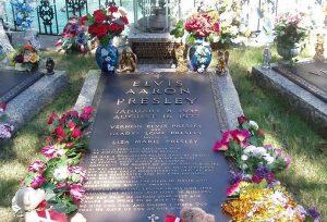 Могила Элвиса Пресли. Источник: Википедия.