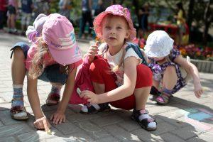 В Краснопахорском поселении провели детский конкурс рисунков на асфальте. Фото: архив газеты «Вечерняя Москва»