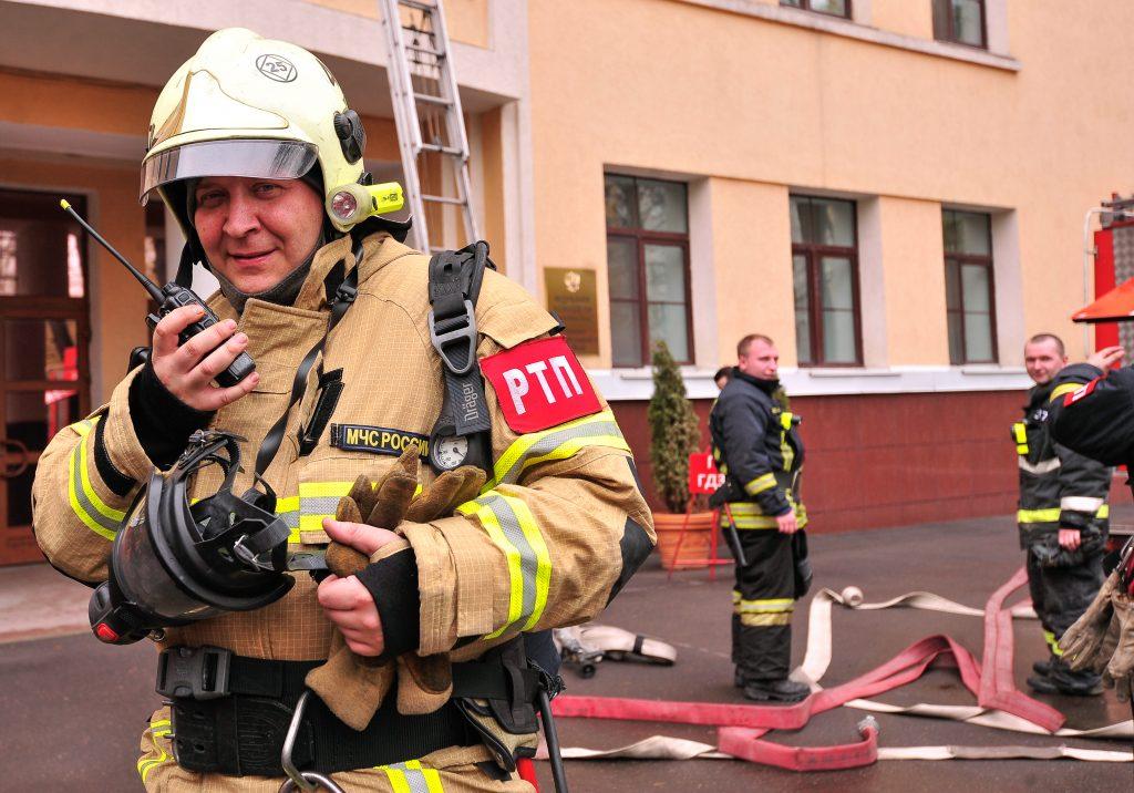 Сотрудники МЧС Москвы спасли из горящего здания восемь человек