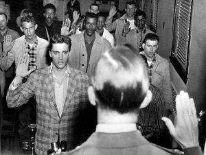 Элвис Пресли среди новобранцев армии США. Источник: Википедия.