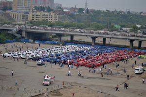 Триколор из 225 автомобилей в Омске. Фото: Википедия