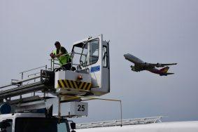 Парад наземной техники ко Дню авиации в аэропорту Домодедово.