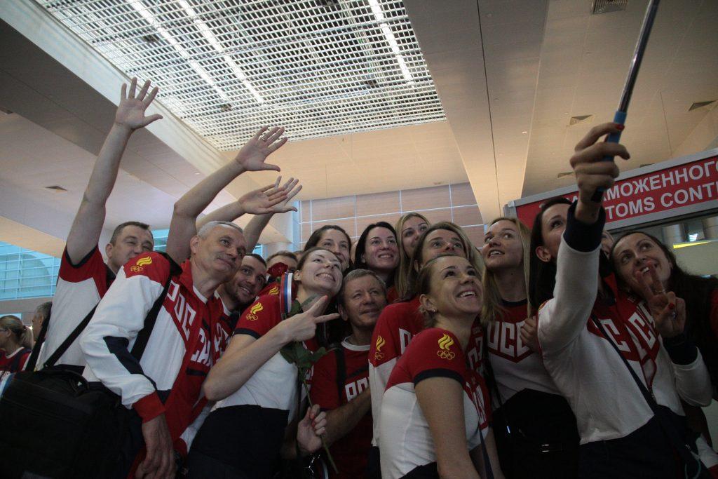 """Олимпийская сборная в аэропорту. Фото: Павел Волков, """"Вечерняя Москва""""."""