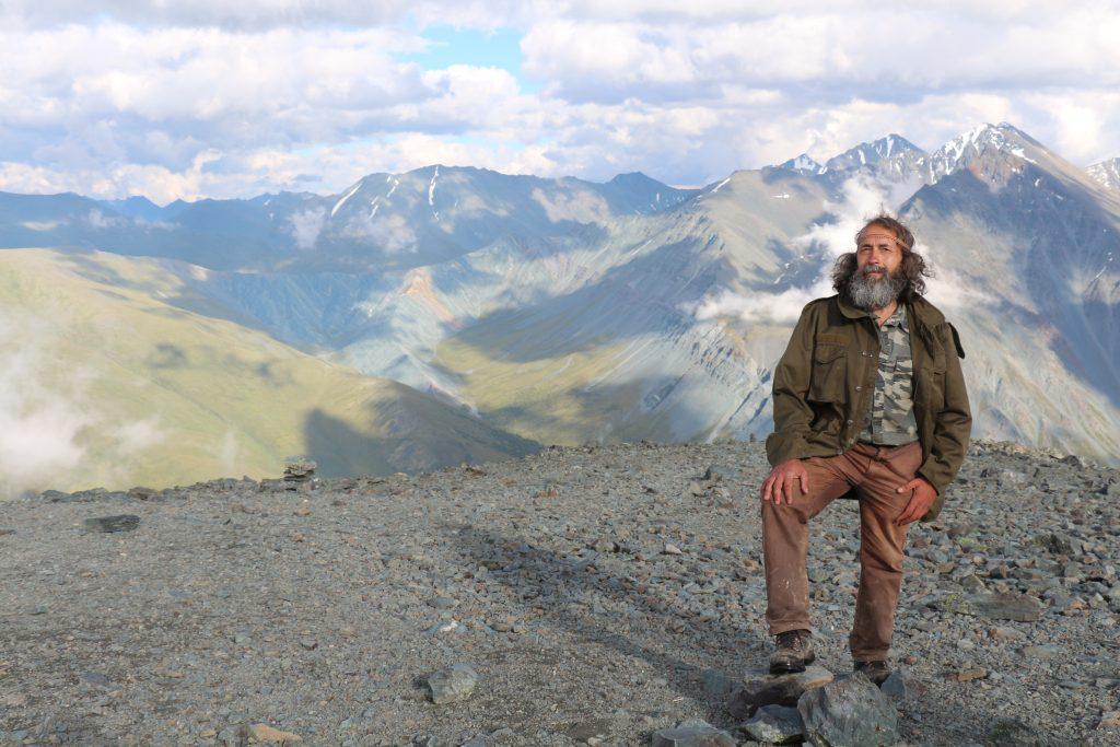 Турист в алтайских горах, июль 2013 года. Фото: Елена Олесик