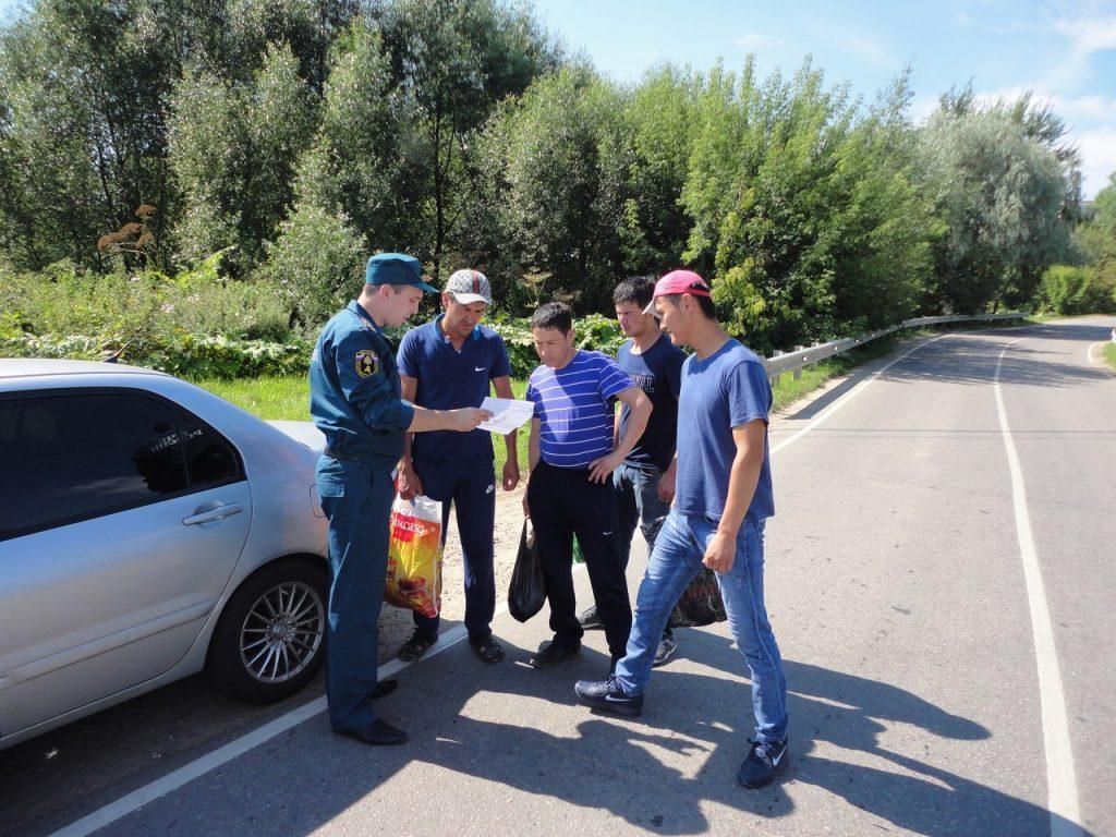 Спасатели провели противопожарную профилактику. Фото: пресс-служба Управления МЧС по ТиНАО.