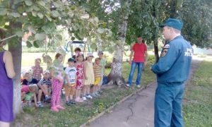 В поселении Воскресенское спасатели провели Урок мужества для детей. Фото: пресс-служба Управления МЧС по ТиНАО.