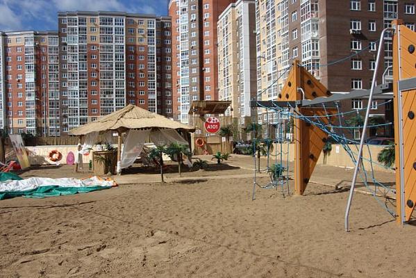 Жители Коммунарки смогут продлить жизнь импровизированного пляжа во дворе дома. Фото: Администрация поселения Сосенское