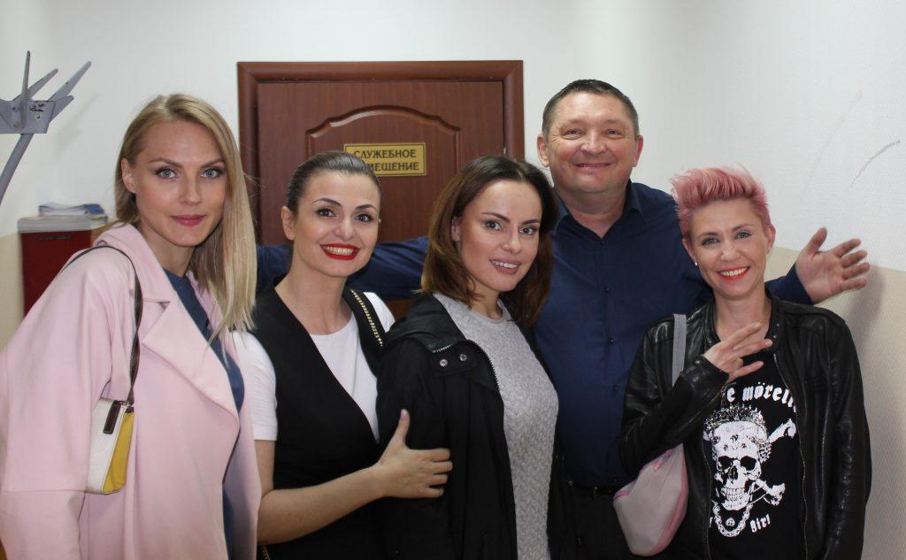1 сентября 2016 года. Ватутинки (слева направо) Марго, Тори, Гера, Кэт и директор ЦКиС «Ватутинки» Виталий Ерко после концерта