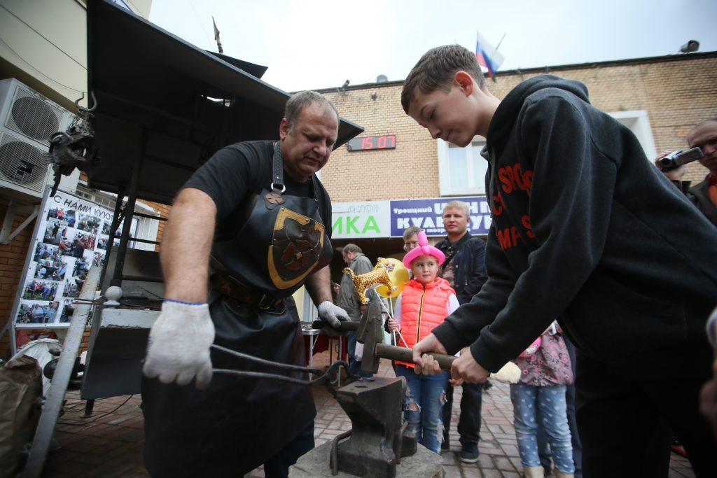 Член Союза кузне- цов России Виктор Чусов провел для детей мастер- классы