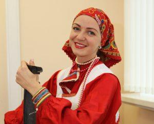 Елена Заварзина музыкальный инструмент — настоящая деревенская коса. Фото: Владимир Смоляков