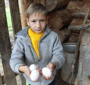 Птичное. На фото: Виталий Романчук дети Кристиан и Марик (младший). Фото: Владимир Смоляков.
