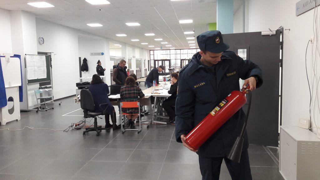 Избирательные участки проверили сотрудники экстренных служб. Фото: пресс-служба Управления МЧС по ТиНАО