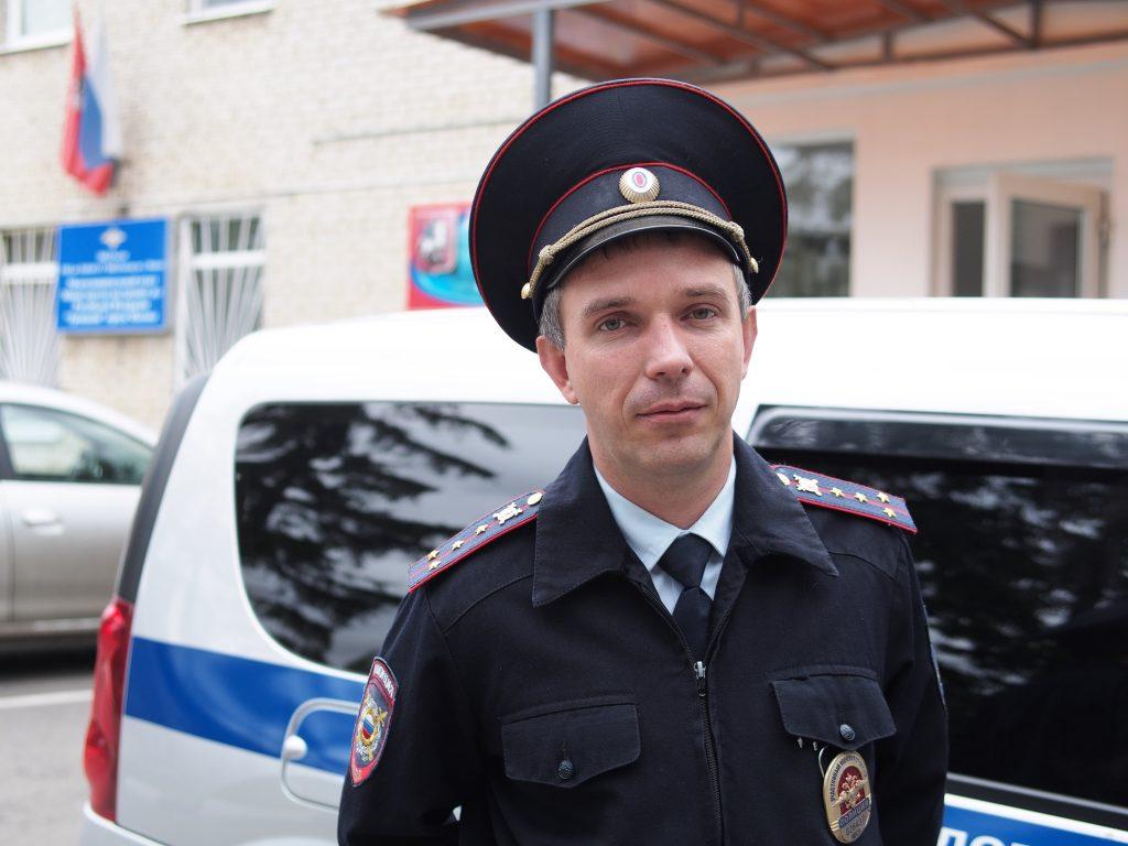 Участковый, капитан полиции Антон Медко признается: стать хорошим участковым может только тот, кто этого очень хочет. Фото: Александр Корнеев