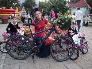 10 сентября 2016 года.Троицк. Елена Волкова и Таня (слева) и Аня — победительницы парада «Леди на велосипеде» в номинации «Самый гармоничный образ» .
