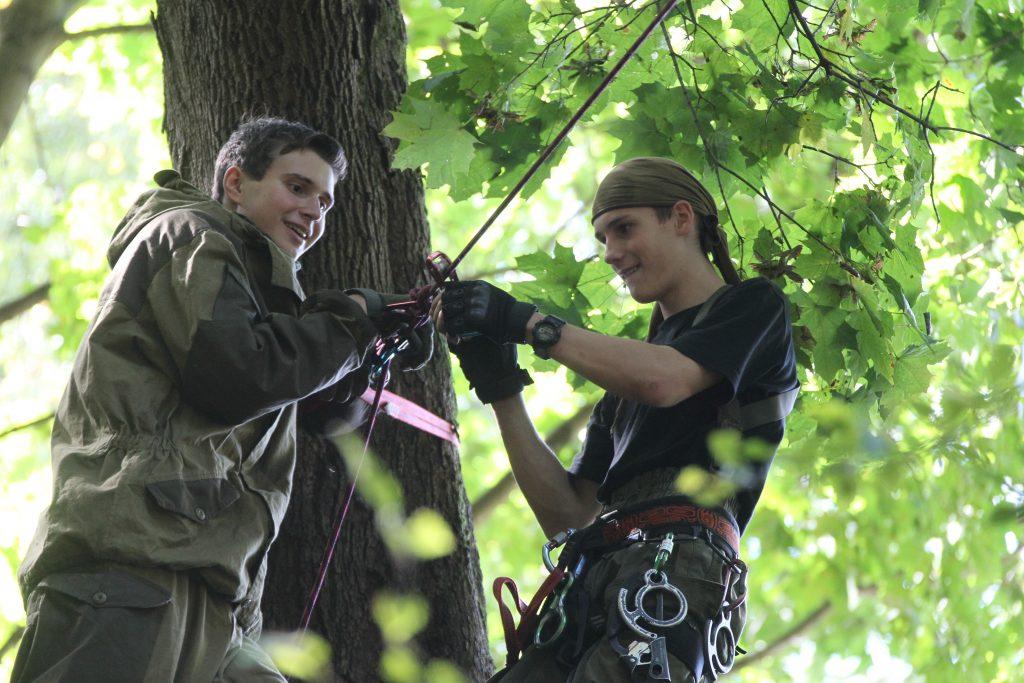 Пума учит  партизан стрелять