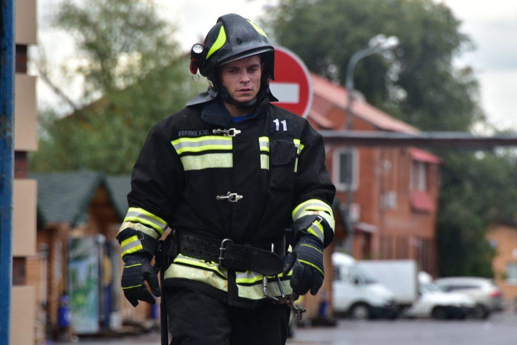 На востоке Москвы вновь горит склад, где погибли пожарные