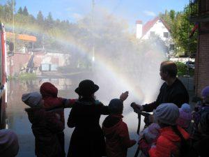 Сотрудники пожарной части №42 городского округа Троицк проводят экскурсию для учеников второго класса. Фото: пресс-служба Управления МЧС по ТиНАО