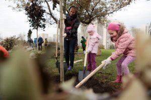 Волонтеры вместе с детьми филимонковского интерната высадят деревья . Фото: архив, «Вечерняя Москва»