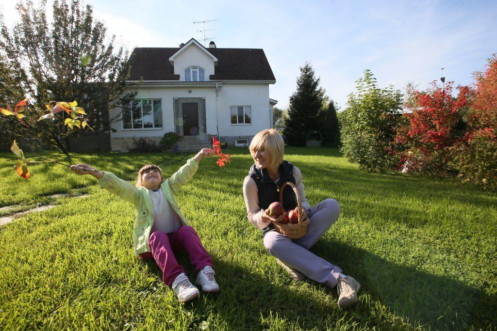 10 октября 2016 года. Шишкин Лес. Хозяйка частного дома Светлана Кузнецова и ее дочка Наташа