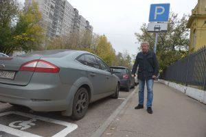 """Ревизор """"Вечерки"""" осматривает парковки для инвалидов в Савеловском районе."""