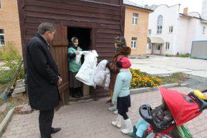 12 октября 2016 года. Щербинка. Ольга Никулина, ответственный по соцработе храма Святой Елисаветы, выдает вещи тем, кто в этом остро нуждается