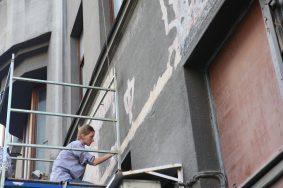 Старая вывеска на фасаде здания