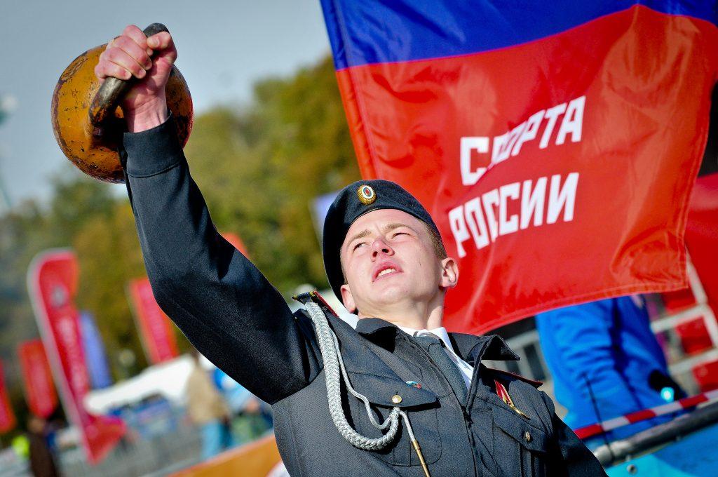 Праздник полиции в «Лужниках»: Дмитрий Губерниев, ретро-техника и опасные трюки